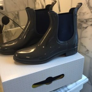 NWT ankle gray Chelsea boots